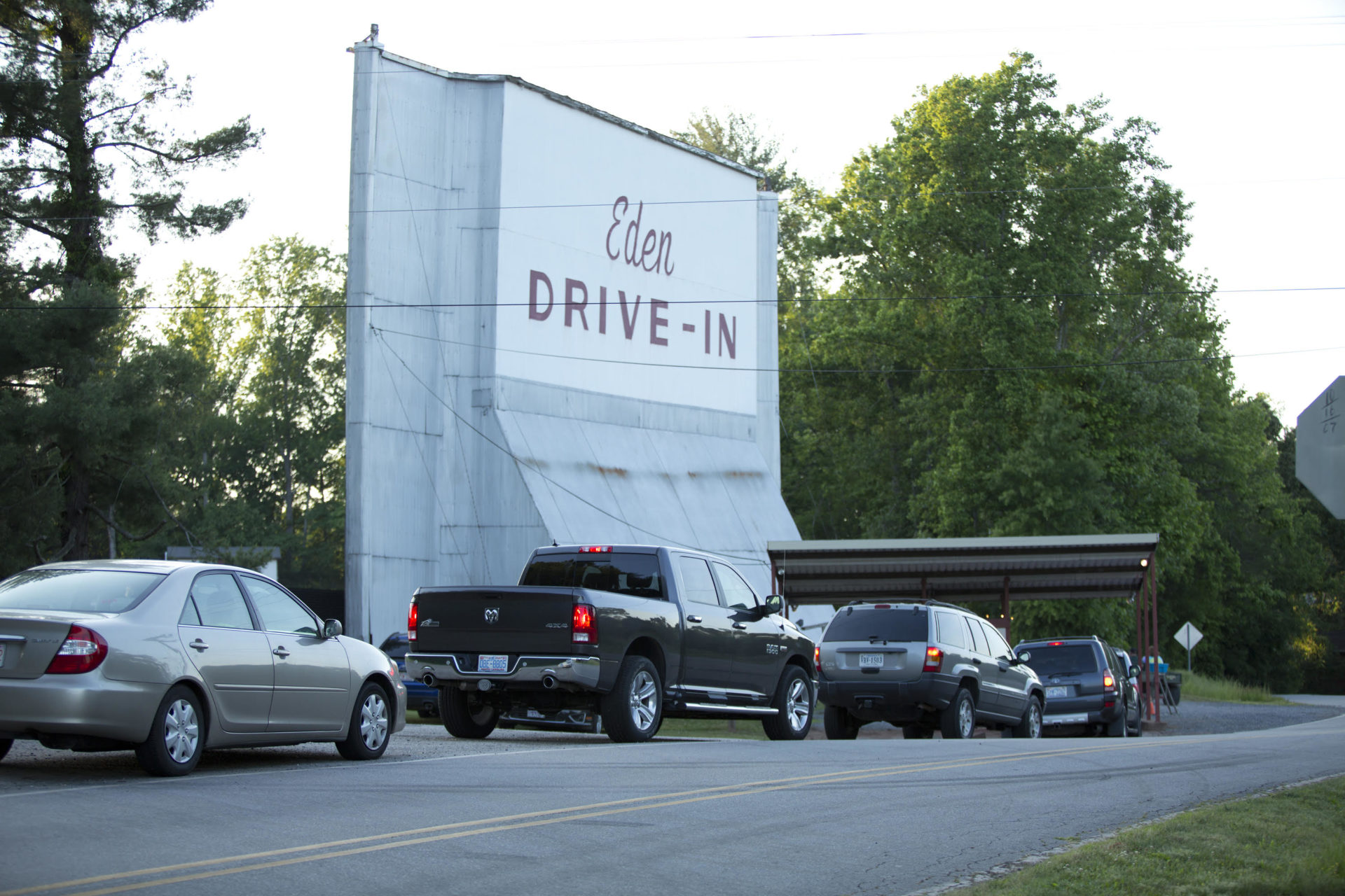 Cars lined up waiting at the entrance to the Eden Drive-In.